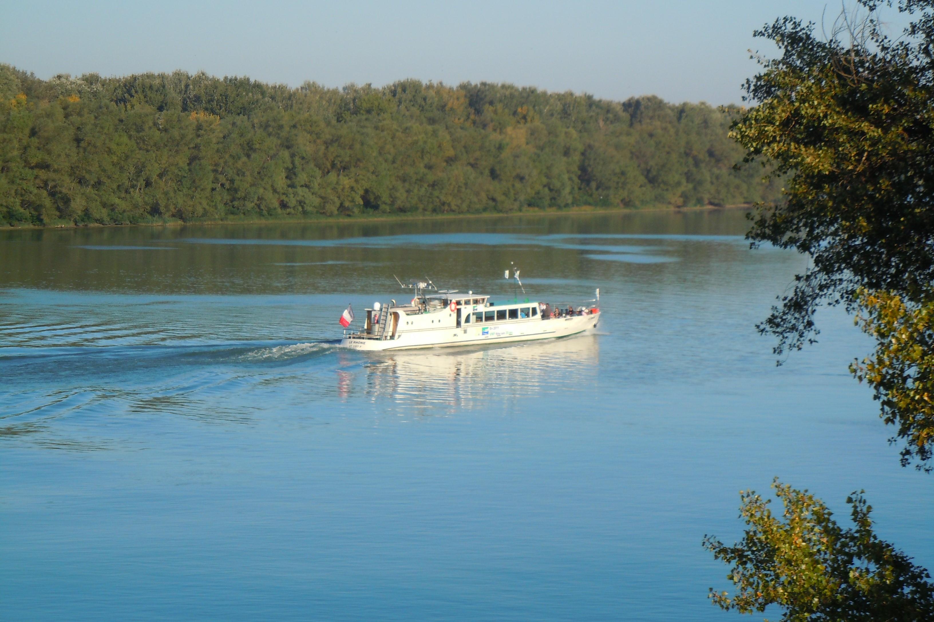 Vue sur le Rhône et vedette des voies navigables de France
